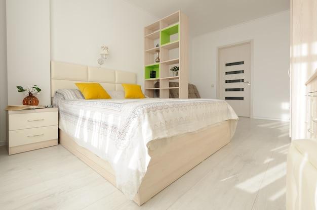 Wnętrze sypialni z dużym podwójnym łóżkiem