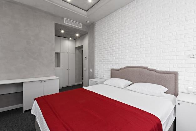 Wnętrze sypialni z łóżkiem i drzwiami