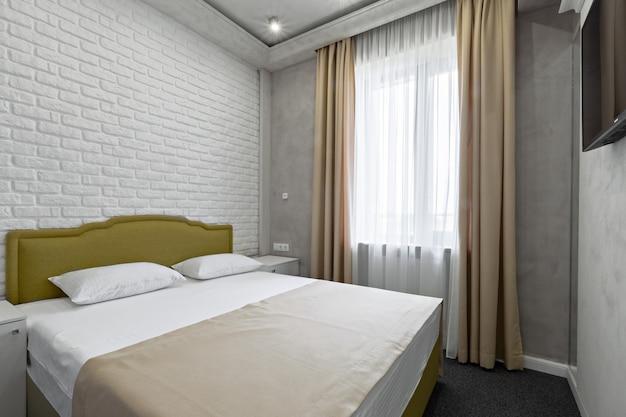 Wnętrze sypialni z łóżkiem i oknem