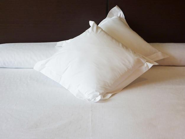 Wnętrze sypialni z miękkimi białymi poduszkami