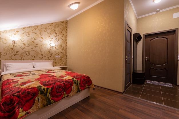 Wnętrze sypialni z wygodnym miękkim łóżkiem