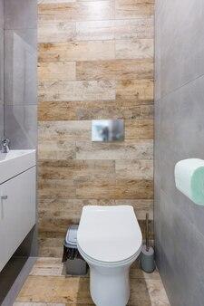 Wnętrze toalety z pięknymi kafelkami w małym mieszkaniu