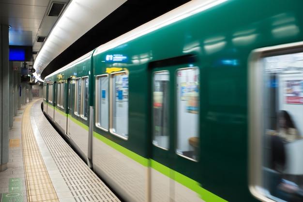Wnętrze tokio stacja metru z platformą dojeżdżającymi w tokio i platformą, japonia.