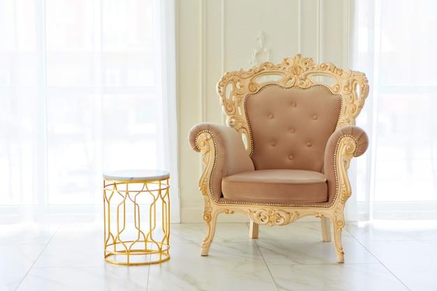 Wnętrze w stylu barokowym, empirowym. pokoje w jasnej kolorystyce: marmurowa podłoga, duże okna, mała kanapa, żyrandol