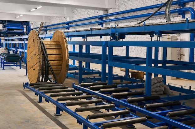 Wnętrze warsztatu w budowie wraz z liniami transportowymi w trakcie montażu
