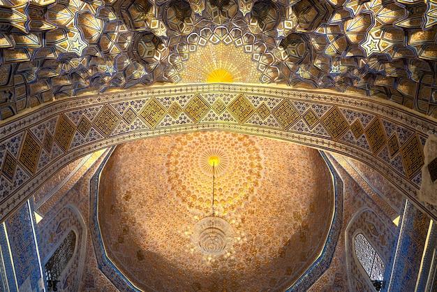Wnętrze wewnątrz starego starożytnego grobowca uzbeckiego - amir temur maqbarasi, gori amir w uzbekistanie.