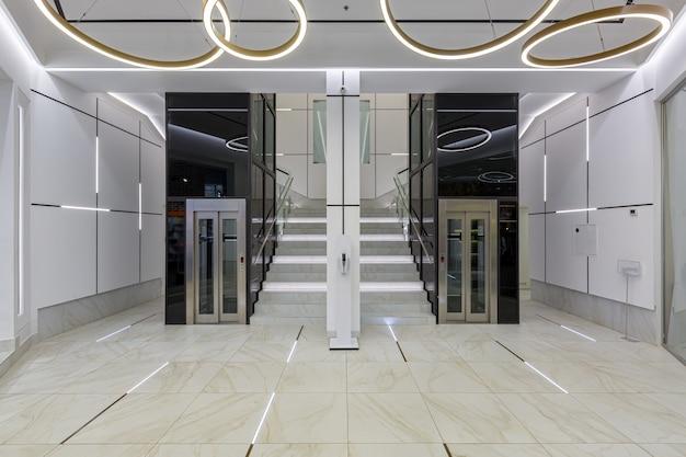 Wnętrze współczesnego centrum biznesowego korytarza w białych płytkach z marmurem mar