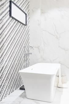Wnętrze współczesnego wnętrza łazienki z białą wanną i toaletą