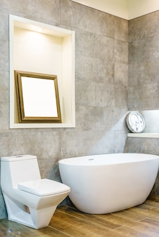 Wnętrze współczesnej łazienki wnętrza z białą wanną, umywalki i wc