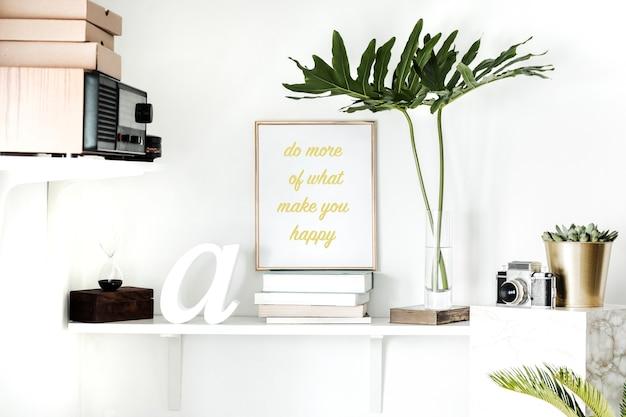 Wnętrze z białą półką makieta plakat rama rośliny kaktusy i sukulenty liść vintage radio