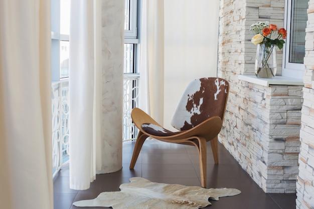 Wnętrze z drewnianym fotelem
