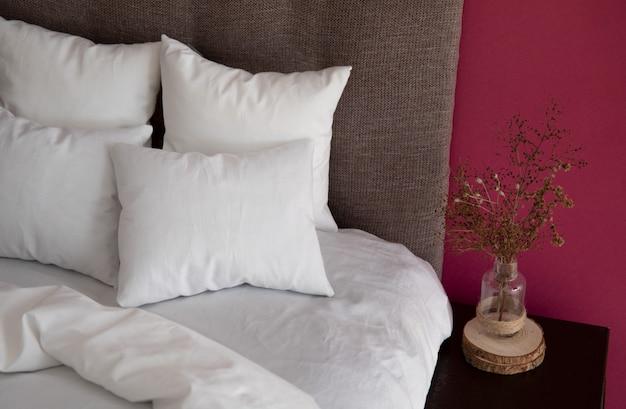 Wnętrze z łóżkiem i kolorowe ściany