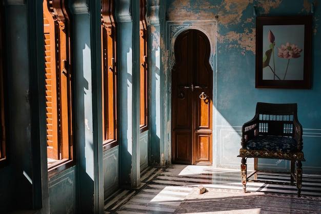 Wnętrze zenana mahal w pałacu miejskim w udaipur radżastanie