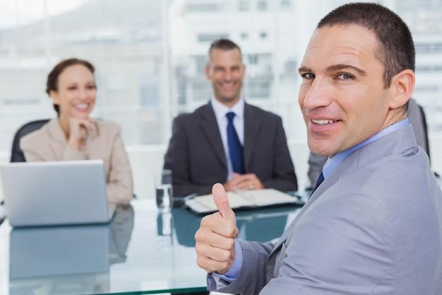 Wnioskodawca daje kciuk w górę po uzyskaniu pracy