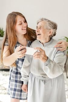 Wnuczka bierze selfie z babcią