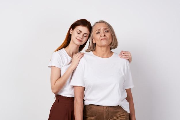 Wnuczka i babcia stoją obok rodzinnego studia miłości