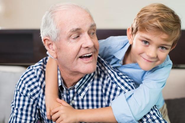 Wnuczka wieku patrząc radość twarz