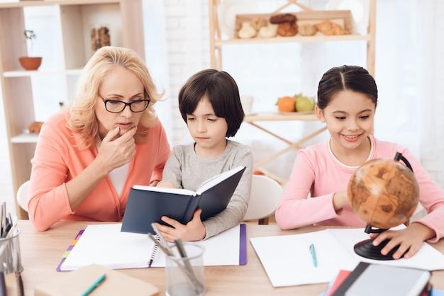 Wnuk czytanie książki z pracy domowej babci
