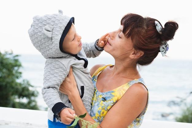 Wnuk dotyka twarzy babci