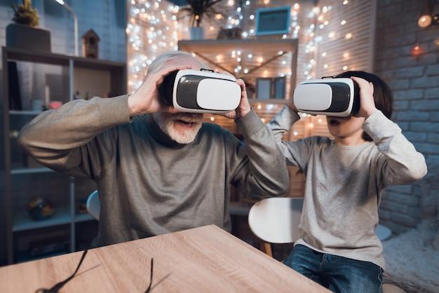 Wnuk i dziadek bawią się w okularach vr