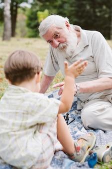 Wnuk i dziadek grający w szachy