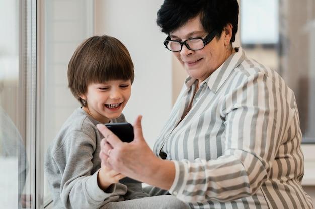 Wnuk pokazuje babci smartfon