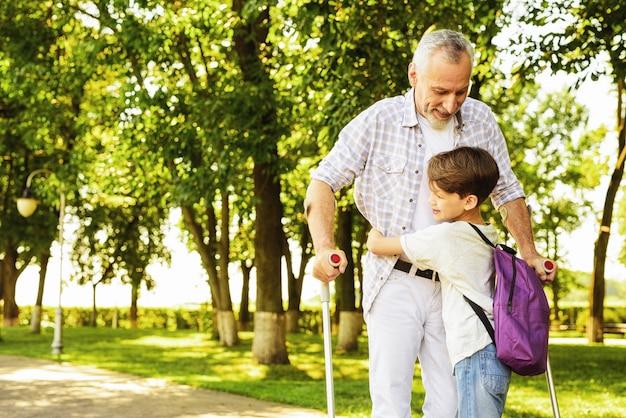 Wnuk ściska człowieka. krewni szczęśliwi razem.
