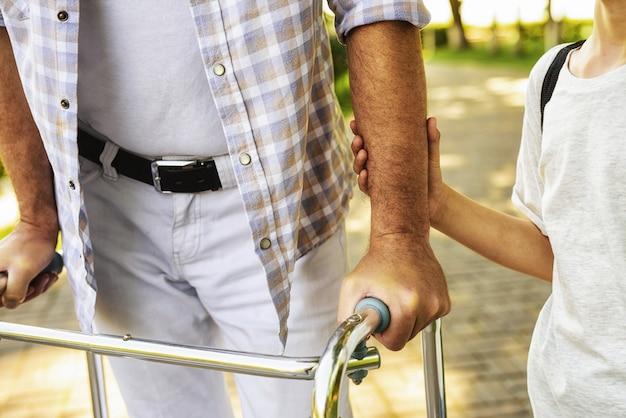 Wnuk trzyma rękę starego człowieka. spotkanie rodzinne.