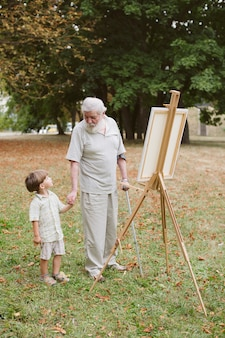 Wnuk z dziadkiem, trzymając się za ręce