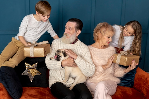 Wnuki wręczają prezenty dziadkom