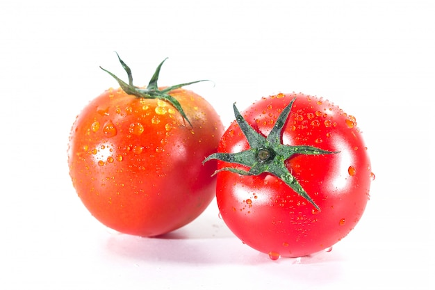 Wod krople na pomidorach na bielu
