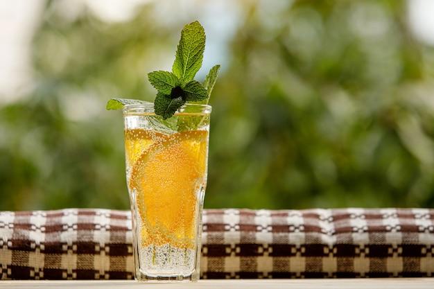 Woda cytrynowa z miętą w szklance