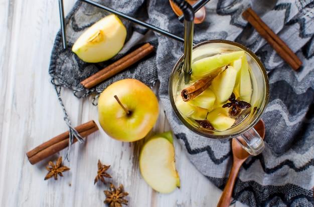 Woda detoksykacyjna z jabłkami i przyprawami - anyż, cynamon