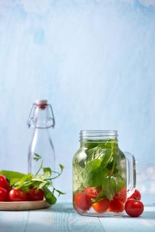 Woda detoksykująca z warzywami i owocami. dieta zdrowe odżywianie i utrata masy ciała.