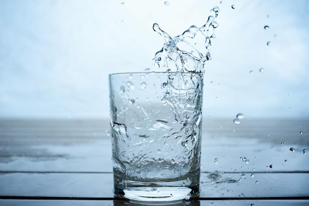 Woda do picia wlewa się do szklanki
