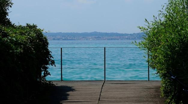 Woda jeziora garda we włoszech otoczona górami latem