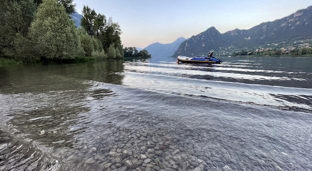 Woda jeziora garda we włoszech otoczona górami