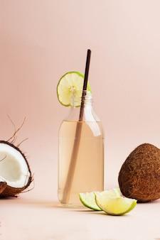 Woda kokosowa w szklanej butelce z limonką