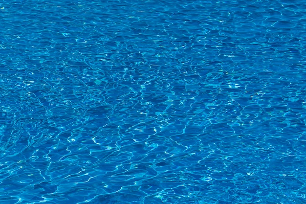 Woda marszczy się na tle błękitnego basenu