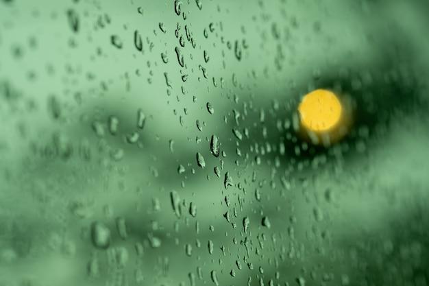 Woda na lustrze, deszczowy dzień, abstrakcyjne tło