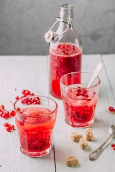 Woda nasycona świeżą czerwoną porzeczką i cukrem trzcinowym