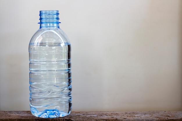 Woda pitna w plastikowych butelkach