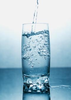 Woda pitna wlewa się do szklanki