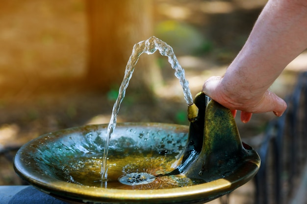 Woda płynąca z fontanny do picia