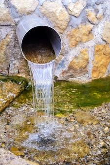 Woda płynie z rury