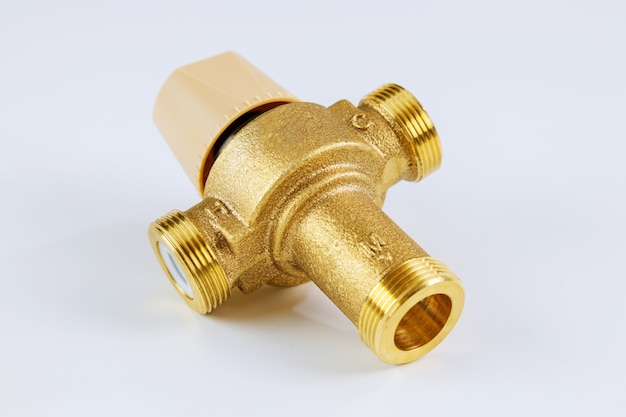 Woda różne mosiężne termostatyczny zawór mieszający z instalacją wodną na białym tle.
