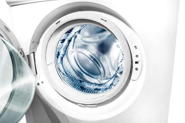 Woda rozpryskuje się w bębnie pralki