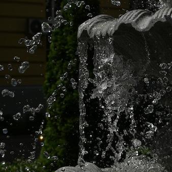 Woda rozpryskuje się w fontannie
