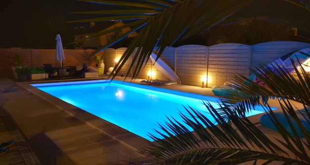 Woda w basenie oświetlonym na niebiesko nocą