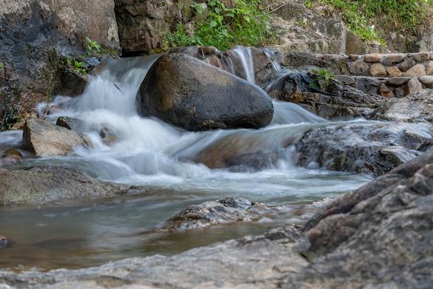 Woda w rzece tworzy mały wodospad